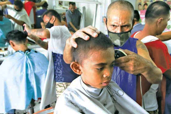Local Barber in Baseco Compound / Photo Courtesy of Jansen Romero / MANILA BULLETIN